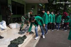 Para peserta mengambil baju PDL untuk pelaksanaan kegiatan PKKM pada Jumat (6/11) di Rindam Jaya