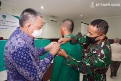 Penyematan secara simbolis tanda peserta didik kepada mahasiswa oleh Wakil Rektor bidang Kemahasiswaan Universitas Nasional, Dr. Drs. Zainul Djumadin, M.Si. (kiri) pada Jumat (6/11) di Rindam Jaya
