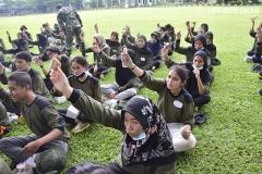 Para mengangkat snack dalam kegiatan PKKM pada Minggu, (8/11) di Rindam Jaya