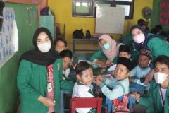kegiatan pengajaran basic manner dan membuat kolase oleh para peserta Desa Binaan 2021 bersama anak-anak Tk Masyitoh Pekalongan
