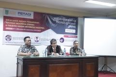 (Kiri-kanan) Dekan Fakultas Hukum Prof. Dr. Basuki Rekso Wibowo, S.H., M.Si., Sekretaris PERADI, Said Damanik, S.H., M.H., Wakil Dekan Fakultas Hukum Dr. Mustakim, S.H., M.H.