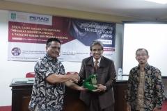 Dekan Fakultas Hukum Prof. Dr. Basuki Rekso Wibowo, S.H., M.Si.  (Kiri) memberikan cinderamata kepada Sekretaris PERADI, Said Damanik, S.H., M.H., (Tengah) didampingi oleh Wakil Dekan Fakultas Hukum Dr. Mustakim, S.H., M.H. (Kanan)
