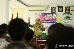 Instruktur memberikan penjelasan tentang sistem pendidikan di Unas kepada peserta pengenalan lingkungan dan budaya akademik di ruang seminar lantai 3  pada kamis (5/3)