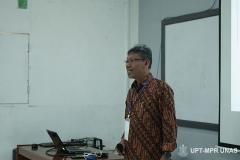 Instruktur memberikan penjelasan tentang sistem pendidikan di Unas kepada peserta pengenalan lingkungan dan budaya akademik pada kamis (5/3)