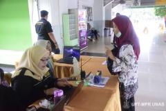 Petugas informasi memberikan arahan kepada peserta tentang ruangan pelaksanaan PLBA