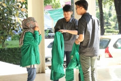 Para peserta PLBA sedang bersiap menggunakan almamater dalam kegiatan pengenalan budaya akademik Universitas Nasional, di Jakarta, (21/3)