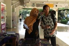 Panitia mengarahkan peserta ke kelas pada kegiatan pengenalan lingkungan budaya akademik Universitas Nasional, di Jakarta (21/3)