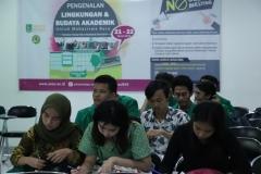 Para peserta sedang mengisi kuesioner yang diberikan panitia dalam kegitan PLBA UNAS, di Jakarta, (21/3)