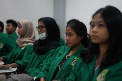 Para peserta PLBA saat mengikuti kegiatan pengenalan kampus