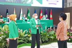 Prosesi pembukaan kegiatan PLBA secara simbolis dengan pemakaian jaket almamater mahasiswa baru oleh Ketua Pengurus Yayasan Memajukan Ilmu dan Kebudayaan  Dr. Ramlan Siregar, M.Si. didampingi dekan