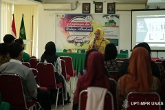 Instruktur memberikan materi kepada peserta PLBA