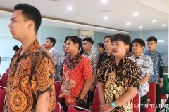Peserta PLBA menyanyikan indonesia raya