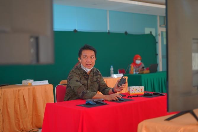 Kepala Biro Administrasi Umum Unas, Dr. (Cand) Ian Zulfikar, M.Si. saat mengontrol kegiatan PLBA melalui ruang control room
