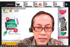Wakil Dekan Fakultas Bahasa dan Sastra Drs. Evert Haryanto Hilman, M.Hum. dalam kegiatan Pengenalan Lingkungan dan Budaya Akademik (PLBA) semester genap tahun akademik 2020/2021 via daring pada Sabtu, (20/3)