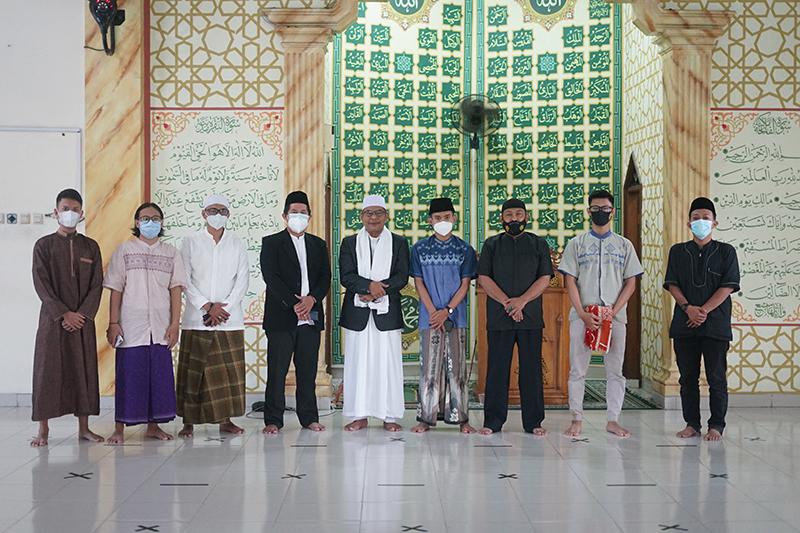 Foto bersama panitia qurban dan jamaah setelah solat idul adha di Masjid Sutan Takdir Alisjahbana, Selasa 20 Juli 2021