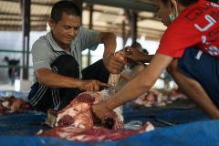 Saat pemotongan hewan qurban di area parkir UNAS Selasa 20 Juli 2021