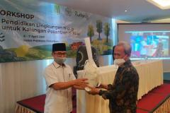 """Pemberian cinderatama dalam kegiatan """"Workshop Pendidikan Lingkungan Hidup untuk Kalangan Pesantren"""" pada Rabu, 7 April 2021 di Hotel Premiere Pekanbaru, Riau"""