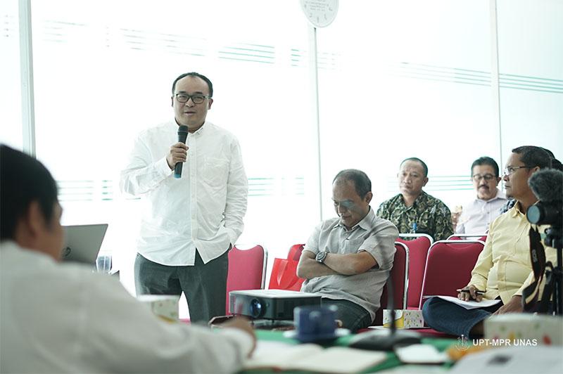 Ketua Program StudiMagister Ilmu Politik Dr. M. Alfan Alfian Mahyudin, M.Si. (baju putih) memberikan pertanyaan kepada narasumber