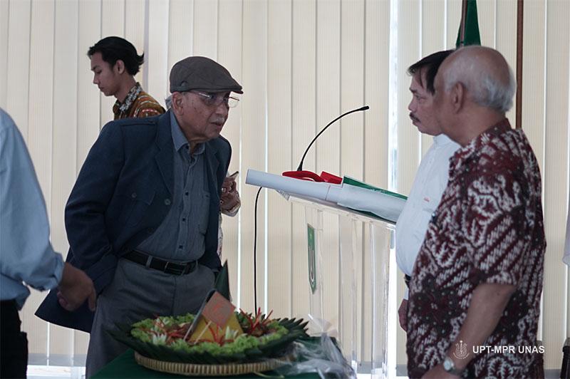 Prof. Dr. Umar Basalim DES. (topi) bersama dengan Kepala Pusat Pengajian Islam Dr. Drs. Fachruddin Majeri Mangunjaya, M.Si dan Prof. Dr. Azyumardi Azra, MA, CBE