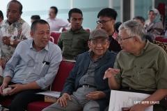 Prof. Dr. Umar Basalim DES. (topi) bersama dengan Wakil Rektor Bidang Kemahasiswaan Dr. Drs. Zainul Djumadin, M.Si (kanan) dan dosen