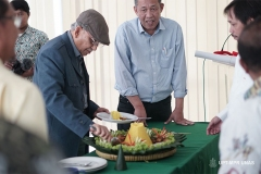 Pemotongan tumpeng oleh Prof. Dr. Umar Basalim DES. (topi) sebagai tanda berdirinya Pusat Pengajian Islam