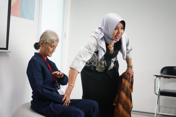 "Instruktur memberikan pelatihan kepada calon bidan pada kegiatan Pelatihan Preceptorship dan Comprehensive Emergency Midwifery Training (CEMT) ""Mewujudkan Instruktur Klinik Yang Kompeten Guna Tercapai Bidan Yang Profesional"" pada Kamis-Sabtu (04-06/7) di Menara UNAS Ragunan Jakarta"