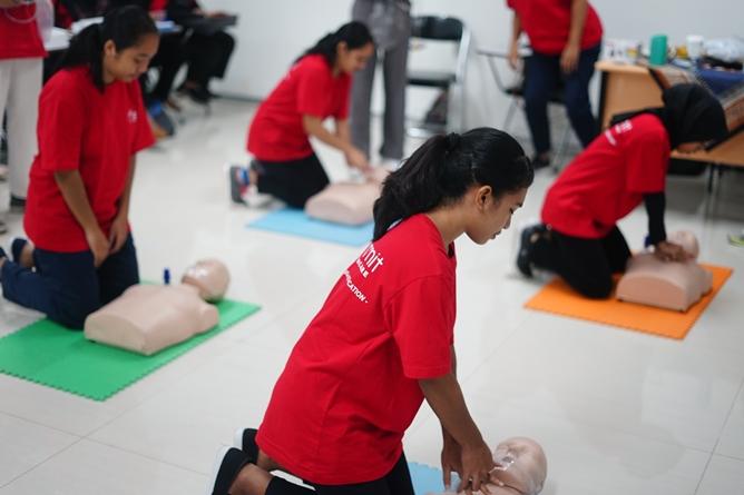 Peserta Pelatihan mencoba pelatihan bagaimana menengani pasien dalam kondisi darurat
