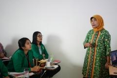 "Instruktur memberikan materi kepada peserta pelatihan pada kegiatan Pelatihan Preceptorship dan Comprehensive Emergency Midwifery Training (CEMT) ""Mewujudkan Instruktur Klinik Yang Kompeten Guna Tercapai Bidan Yang Profesional"" pada Kamis-Sabtu (04-06/7) di Menara UNAS Ragunan Jakarta"