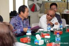 Rektor-Unas-Dr.-El-Amry-Bermawi-Putera-M.A.-sedang-berbincang-bersama-ektor-asing-untuk-Universitas-Siber-Asia-Jang-Youn-Cho.-dalam-presentasi-proposal-Korean-Cultural-Center
