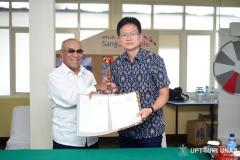 foto-bersama-Rektor-Unas-Dr.-El-Amry-Bermawi-Putera-M.A.-dengan-Direktur-Korean-Cultural-Center-Indonesia-Mr.-Chung-Yougpoun.-usai-penandatanganan-MoA