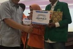 Pemberian sertifikat kepada Direktur Eksekutif Gajah Mada Analitika/ mahasiswa Fakultas Hukum UNAS Herman Dirgantara di Universitas Andalas