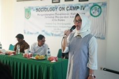 Kaprodi Sosiologi (Dr. Erna Ermawati Chotim, M.Si.) Sedang memberikan arahan kepada mahasiswa