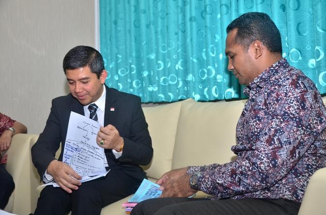 Prof. Dr. Yuddy Chrisnandi, M.E. (Dubes RI untuk Ukraina) dan (Dekan fakultas Hukum UNAS) Dr. Ismail Rumadan, S.Ag., M.H. (2)JPG