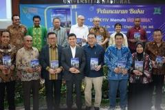 Prof. Dr. Yuddy Chrisnandi SH, ME berfoto bersama dengan tamu undangan dalam acara Peluncuran Buku