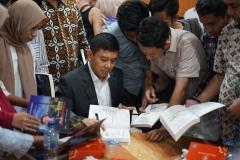 Prof. Dr. Yuddy Chrisnandi SH, ME memberikan tanda tangan  buku  Dari KYIV untuk Indonesia