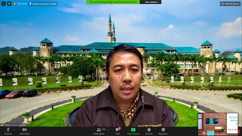 Prof. Dr. Teddy Surya Gunawan sedang menjelaskan materinya dalam webinar