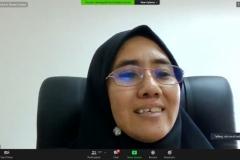Assoc. Prof.  Dr. Siti Norul Huda Syeikh Abdullah sedang menjelaskan paparannya