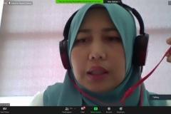 Assoc. Prof. Dr. Nurfadhlina dari Universiti Putra Malaysia sedang menjelaskan presentasinya