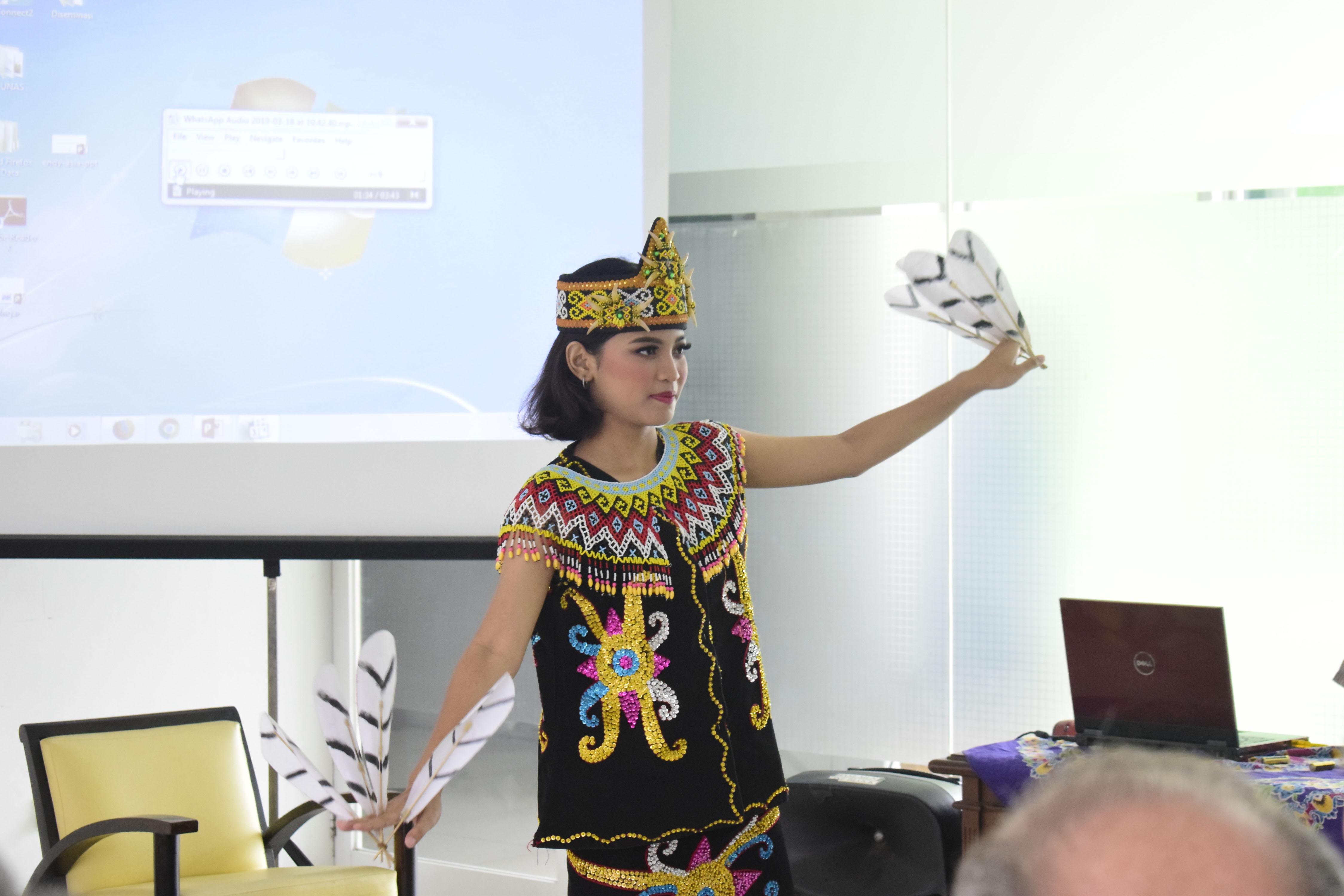 Mahasiswa sedang membawakan tari kalimantan dalam pembukaan acara Public Lecture Evolutions Bite: Using Teeth To, di Jakarta, (18/3).