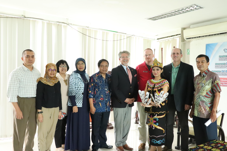 foto bersama penari kalimantan, dosen di lingkup fakultas biologi Universitas Nasional, kantor kerjasama Internasional dan para pembicara dari Universitas Arkansas, di Jakarta (18/3).