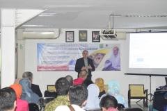 penjelasan materi dari Profesor Anthropology Director of Environmental, Peter S. Ungar, Ph.D. di depan para peserta kuliah umum, di Jakarta (18/3). (2)