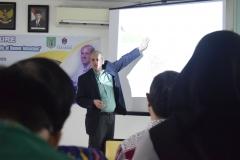 penjelasan materi dari Profesor Anthropology Director of Environmental, Peter S. Ungar, Ph.D. di depan para peserta kuliah umum, di Jakarta (18/3). (3)
