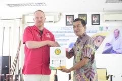 pemberian cenderamata dari Kepala Program Studi Magister Biologi Sekolah Pascasarjana UNAS, Dr. Tatang Mitra Setia, M.Si. kepada Karl Anderson dari University Arkansas, di Jakarta, (18/3).
