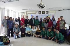 foto bersama para peserta kuliah umum dengan dosen biologi Universitas Nasional dan juga para pembicara dari Universitas Arkansas, di Jakarta (18/3).