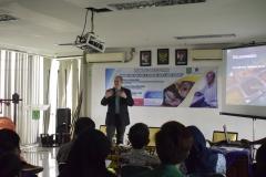 penjelasan materi dari Profesor Anthropology Director of Environmental, Peter S. Ungar, Ph.D. di depan para peserta kuliah umum, di Jakarta (18/3).