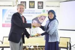 pemberian cenderamata kepada Dean for International Education Graduate School and International Education, Curt Rom, Ph.D. dari panitia, Dra. Dwi Andayaningsih, MM, MSi, di Jakarta (18/3).