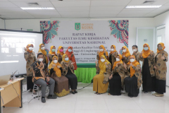 Foto bersama pimpinan dan para dosen di lingkungan Fakultas Ilmu Kesehatan