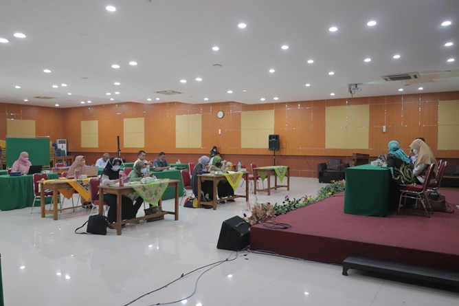 Suasana saat rapat dosen pengampu mata kuliah keweirausahaan pada Senin, 15 Maret 2021 di Auditorium Blok 1 lantai 4 Universitas Nasional