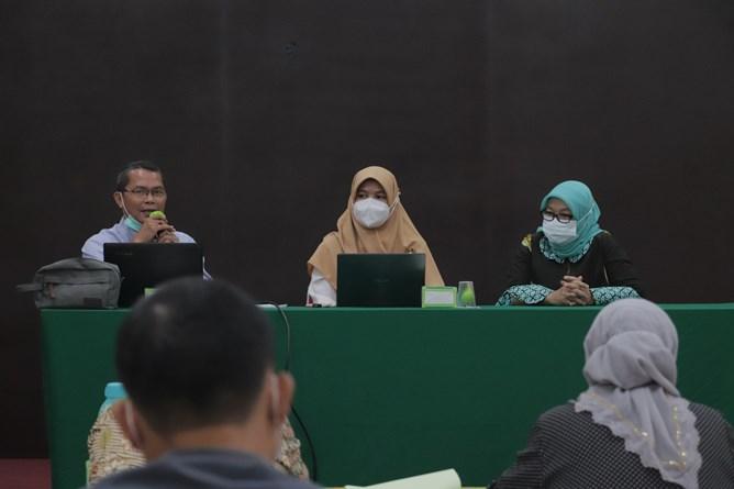 (Kiri-kanan) Kepala UPT Wirausaha Mandiri Drs. Suadi Sapta Putra, M.Si.M., Dosen FEB UNAS Dr. Zumratul Meini, S.E., M.S.E., M.S.Ak., Kepala Biro Administrasi Akademik Dra. Sri Handayani, M.Si. saat rapat dosen pengampu mata kuliah kewirausahaan pada Senin, 15 Maret 2021 di Auditorium Blok 1 lantai 4 Universitas Nasional