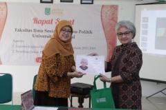 Dekan Fisip (Dra. Truly Wangsalegawa, M.A., M.Ed., Ph.D) memberikan penghargaan kepada anggota senat
